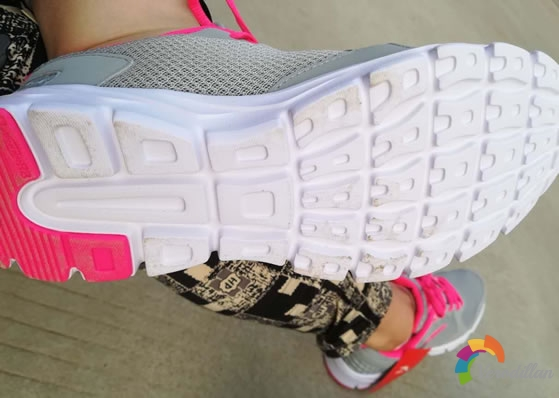 安踏92625507女子网面跑步鞋试用测评图2