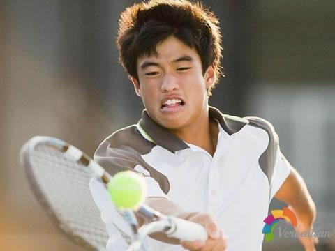 打网球经常打不到最佳击球点怎么办